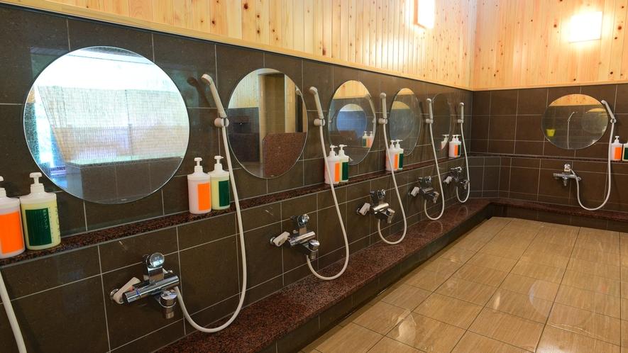 *女湯/シャワーコーナーも広々とした空間です。