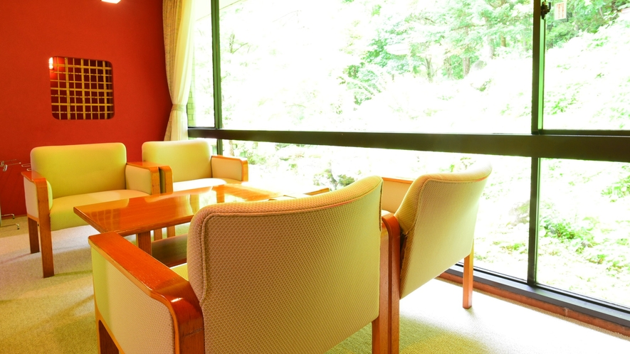 *和室20畳/広々とした窓からは、中庭の日本庭園を眺めることができます