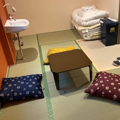 ■和トリプルルーム(シャワー・トイレ共用)/ローテーブルと座布団があり、ビジネス利用におすすめ!