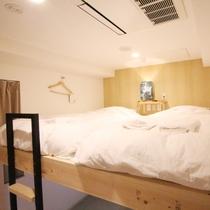 ■ロフト型ツインルーム(専用シャワー・トイレ付)/上段がベッドスペースとなっております。