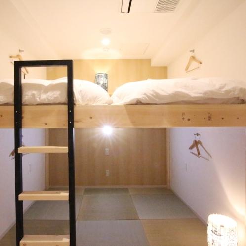 ■ロフト型ツインルーム(専用シャワー・トイレ付)/上段がベッド、下段が畳スペースとなっております。