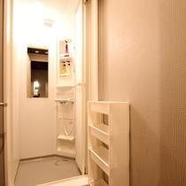 ■共有スペース/シャワールームは各客室階に設置しております(シャンプー、ボディソープ完備)