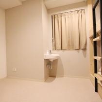 ■相部屋ドミトリールーム(シャワー・トイレ共用)/荷物スペースはゆったり空間