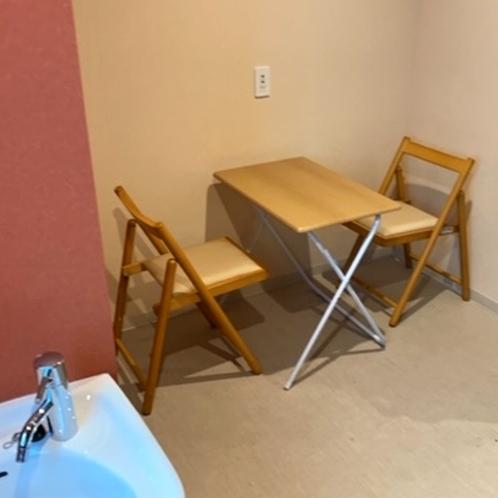 ■和ツインルーム(シャワー・トイレ共用)/簡易テーブルと椅子があり、ビジネス利用におすすめ!