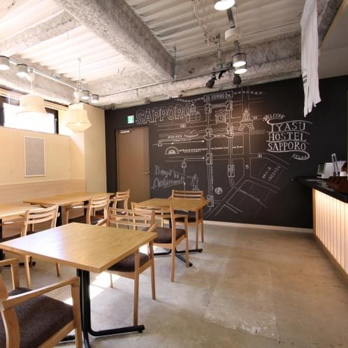 ■1階にあるカフェ/落ち着きのあるスペースで、自家焙煎したこだわりのコーヒー等をお楽しみいただけます
