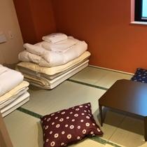 ■和トリプルルーム(シャワー・トイレ共用)/畳にマットレスとお布団を敷いてお休みただけます。