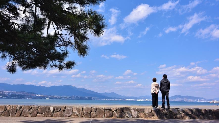 《宮島の海》 のんびり二人で海側を散策