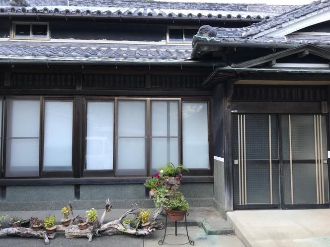 ゲストハウスの玄関