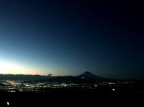 キラキラ夜景と富士山