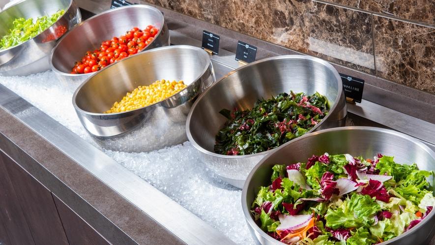 地元の野菜をふんだんに使ったサラダバー