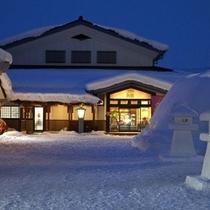 ホテル正面雪夜