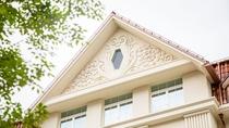 ホテル外観(屋根のレリーフ)
