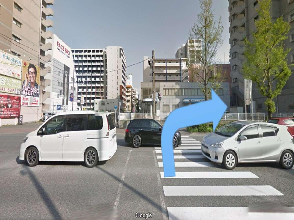 信号を渡ってすぐ右に曲がります。
