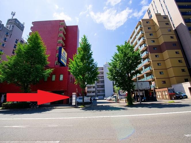 博多駅へバスでご利用は、反対側のバス停「駅南三丁目」をご利用下さい。