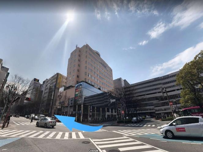 筑紫口東6番を出て直ぐの大きな交差点を右に進みます。