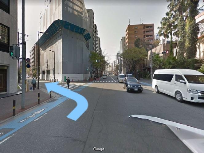 ほっともっとを過ぎ、2つ目の横断歩道がある道を曲がります。