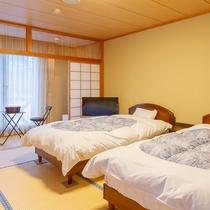 *【ベッドのある和室10畳一例】和室10畳にシングルベッドを2台配した客室