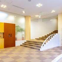 *【エントランス】天井が高く窓も多く開放的で明るい館内