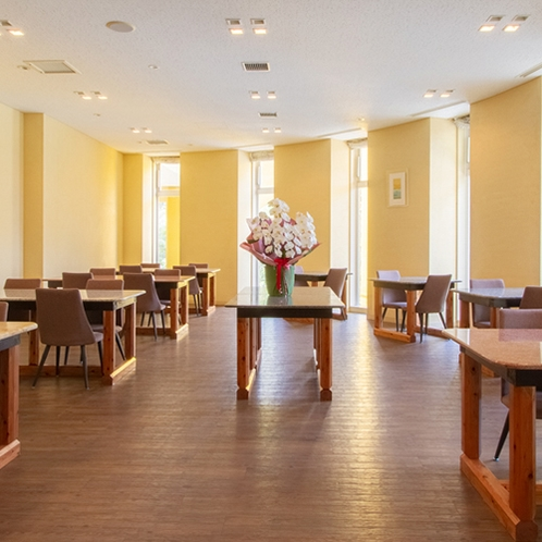 *【1階・レストラン】木のぬくもりと木立から差し込む光が優しい明るいレストラン