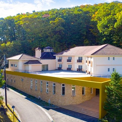*【外観】北欧風の外観が山間に溶け込む小さなホテル