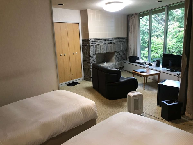 【twin bedded room with modular bath】窓側展望ユニットバス付洋室