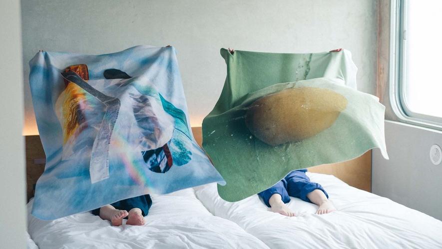 ・ベッドでもアートに触れられます