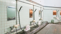 *【大浴場(男湯)】洗い場。こちらで1日の汗をお流しください。