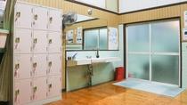 *【大浴場(女湯)】脱衣所。防犯対策の鍵付きロッカーもございます。