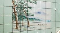 *【大浴場(女湯)】壁絵。日本一の山に思いを馳せながらの入浴も乙です♪