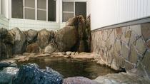 *【大浴場(男湯)】岩風呂。源泉掛け流し!無味無臭の単純温泉です。