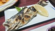 *【夕食一例】鱒(マス)の塩焼き。川魚といえばこれ!適度な塩加減とホクホクした白身をお楽しみください