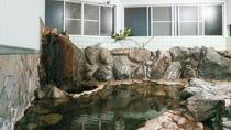 *【大浴場(女湯)】岩風呂。雰囲気ある岩風呂で当館自慢の温泉をご堪能ください!