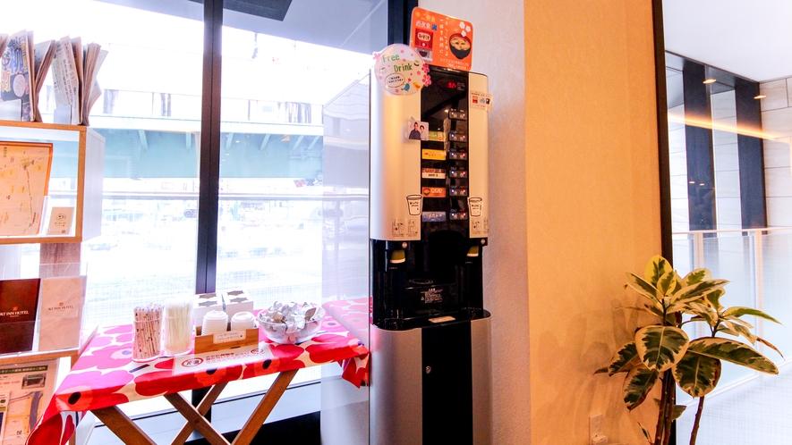フロアにはドリンクサーバーを設置。お茶のほかお味噌汁もご用意しています