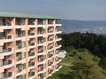 ホテル外観:高台から三島・沼津が一望!