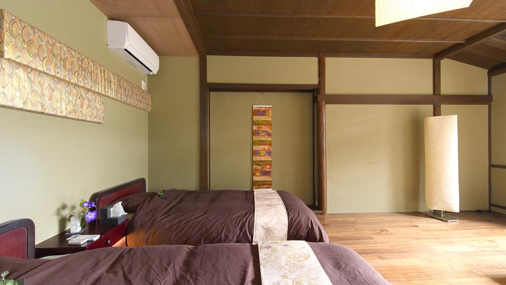 リビング兼寝室(1F)
