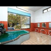 自然を眺めながらの入浴は身体も気分も癒やされます!民宿にご宿泊の方はご自由な時間にお入り頂けます