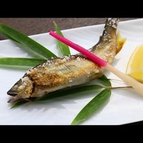 旬の川魚の塩焼きは身がほろほろほぐれて旨味たっぷり!