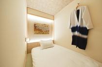 セミダブルサイズのマットレスに、手前若しくはベッドの横に畳のスペースがございます