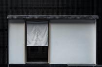 ホテル入口は白い暖簾が目印