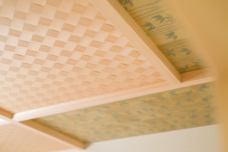 和をテーマにした壁紙や天井になっております