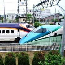■山形新幹線つばさ:線路側客室から間近でご覧いただけます