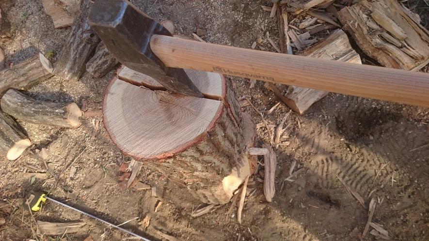 ナラ材の薪割り