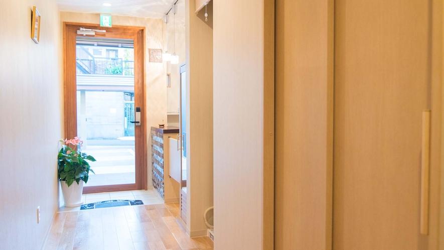 ・入口からお部屋に向かう廊下