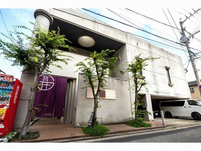 屋根付き駐車場(要予約。1台1泊1000円・最大3台)