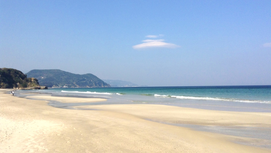 徒歩2分の白浜海岸は朝日の名所。夜は砂浜に寝そべって星を見るのもおすすめ!