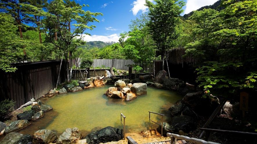 隣接する「匠の宿 深山桜庵」大浴場露天風呂