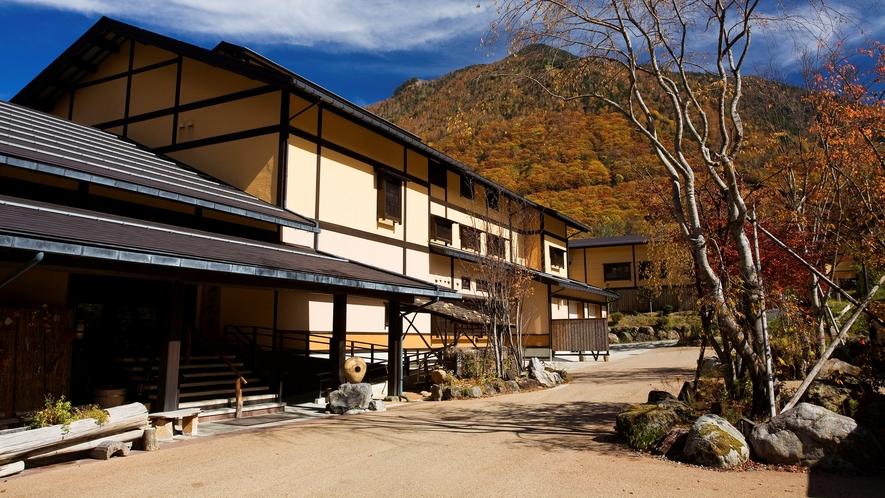 隣接する「匠の宿 深山桜庵」外観