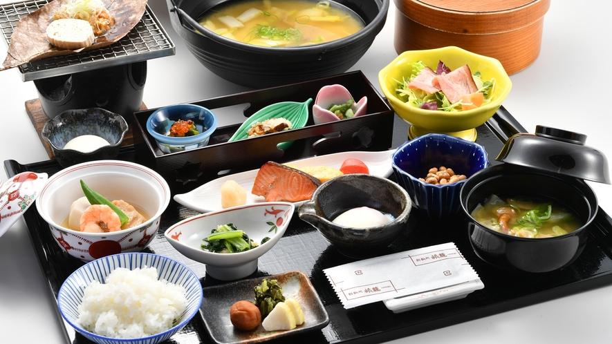隣接する「匠の宿 深山桜庵」ご朝食 朴葉味噌焼きを中心とした和定食