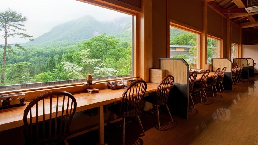 隣接する「匠の宿 深山桜庵」食事処【深山桜】 カウンター席