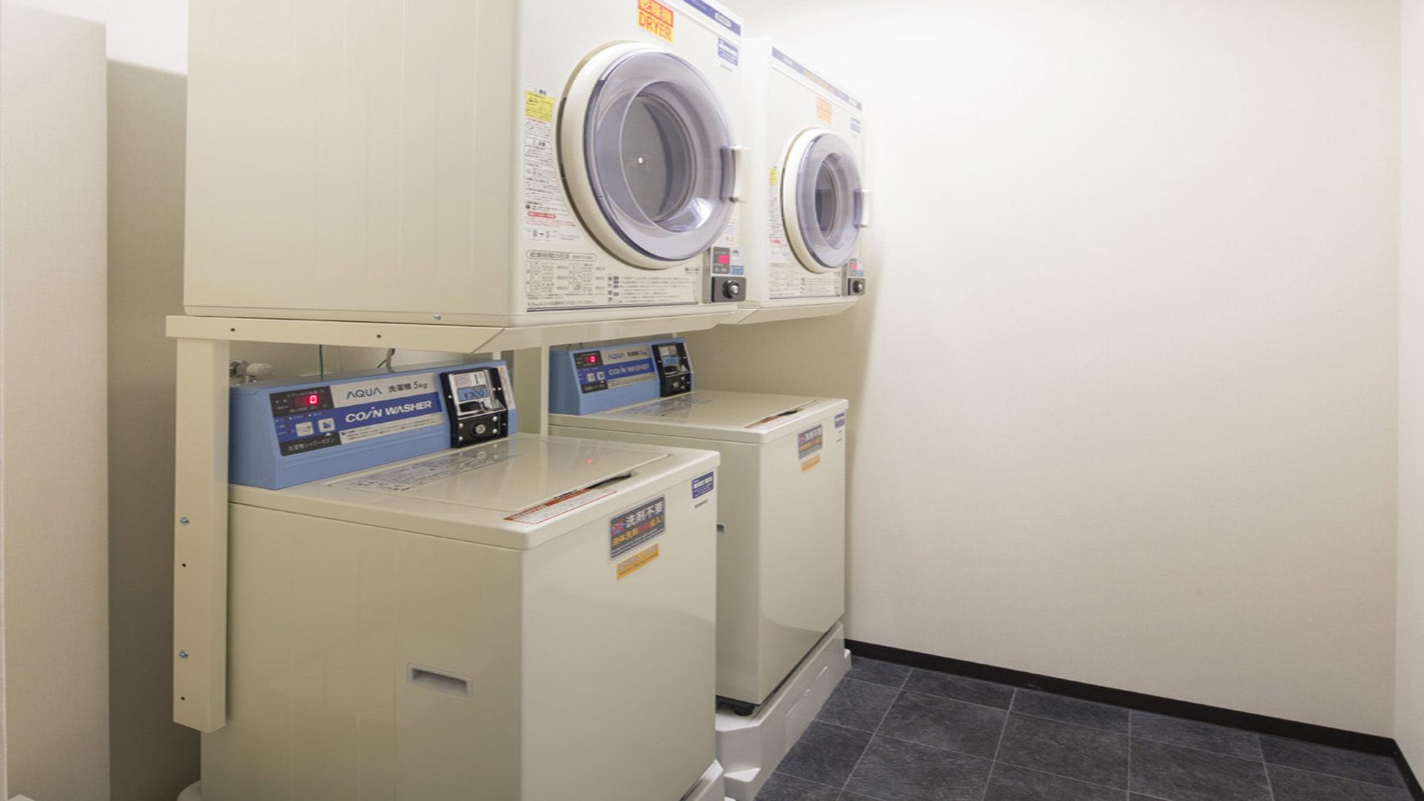 館内コインランドリーを使うことで、持って行く荷物を減らすことができます。洗剤は無料です